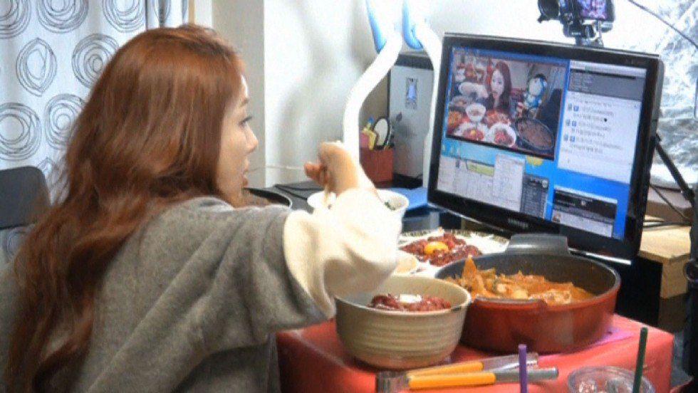 فتاة كورية تجني 9 آلاف دولار شهرياً لقاء تناول الطعام!