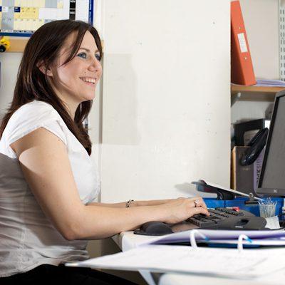 مطلوب سكرتيرة للعمل في معهد للغات