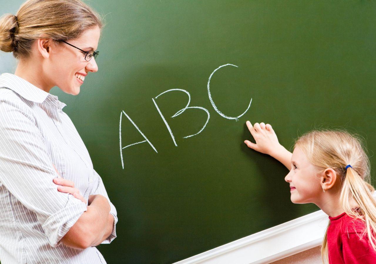 مطلوب مدرس لغة انجليزية في روضة مدرسية مرحب بحديثي التخرج